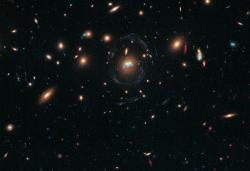 Loňský Hubbleův úlovek: fúze dvou obřích eliptických galaxií v kupě SDSS J1531+3414. Kredit: NASA, ESA/Hubble and Grant Tremblay (European Southern Observatory).