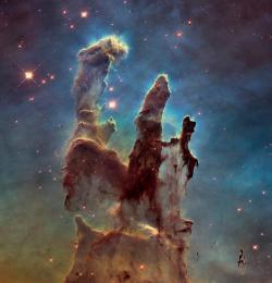 Přehlídku ikonických snímků Hubbleovy historie nemůže začít jinak, než snímkem Pilířů stvoření (M16). Na něm se totiž v nekonečných webových debatách shodli jak fanoušci, tak i personál HST. Každý z nich o délce světelného roku, ten největší z nich takřka 10 světelných let (100 bilionů kilometrů) rozlehlý. V nich probíhá intenzivní hvězdotvorba. Zajímavé je, že první snímek pořídil HST v roce 1995 a poslední loni, poté co byl upgradován palubní kamerový systém. Při porovnání snímků můžeme pozorovat dramatický vývoj útvarů. Příští generace už budou o tento krásný útvar ochuzeny.  Zdroj: http://www.spacetelescope.org/