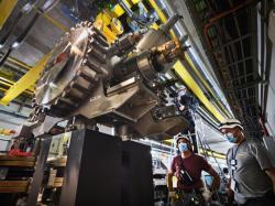 Instalace nového magnetu na urychlovači PS (Protonový Synchrotron) (zdroj CERN).