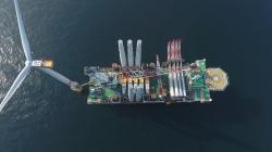 Instalace turbíny mořské farmy Sand Bank (zdroj Vattenfall).