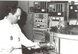 Kolega Antonín Špalek u magnetického spektrometru elektronů (zdroj ÚJF AV ČR).