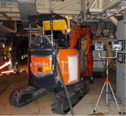 Práce na odstranění překážek, které bránily v přístupu ke vstupům do potrubí, kudy se má vyslat robot do nitra kontejnmentu druhého bloku (zdroj TEPCO).