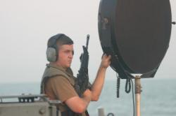 Sonická zbraň LRAD na palubě americké hlídkové lodi třídy Cyclone USS Typhoon. Kredit: U. S. Navy.