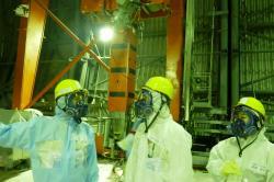 Ministr životního prostředí při návštěvě na patře s bazénem vyhořelého paliva na třetím bloku (zdroj TEPCO).