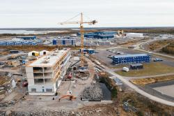 Na nejaderných částech a zázemí pro stavbu elektrárny Hanhikivi se velmi intenzivně pracuje (zdroj Fennovoima).