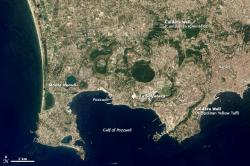Flegrejská pole pohledem satelitu. Kredit: NASA Earth Observatory.