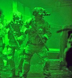 Navy SEALs při lovu na bin Ládina. Tyhle noktovizory si na rande raději neberte. Kredit: Columbia Pictures.