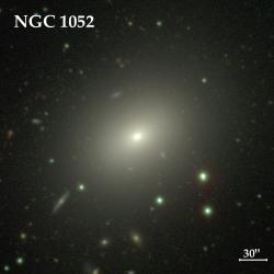 Eliptická galaxie NGC 1052. Kredit: CGS.