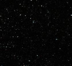 Obrázek s polem s nejvzdálenějšími galaxiemi získaný pomocí Hubblova teleskopu. Galaxie na snímku vznikly 500 milionů let po začátku rozpínání našeho vesmíru. Právě výzkum takových galaxií pomůže rozhodnout mezi kosmologickými modely (zdroj NASA).