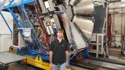 Petr Chudoba před elektromagnetickým kalorimetrem ECAL pro detekci vysokoenergetických fotonů gama, který v současné době doplňuje sestavu HADES a byl vybudován českou skupinou.
