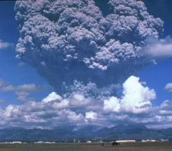 Exploze sopky Pinatubo, 1991. Kredit: D. Harlow, Wikimedia Commons.