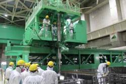 Práce při přepravě palivových souborů z bazénu třetího bloku (zdroj TEPCO).