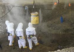 Pracovníci vytahují barel s toxickým odpadem z jednoho z historických pohřebišť, které jsou ekologickou zátěží v Hanfordu (zdroj ENERGY.GOV/PUBLIC DOMAIN )