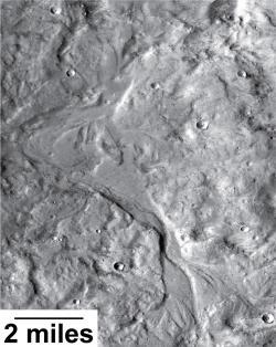 Nově objevená říční údolí jsou o stovky milionů let mladší, než ta, která známe z většiny Marsu. Oproti těm starším jsou tato údolí širší a mělčí a ukazují na sezónnost toků. Zdroj: http://www.nasa.gov/