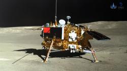 Přistávací modul na fotografii pořízené pomocí lunárního vozítka (zdroj CLEP/CNSA).