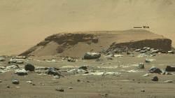 První snímky okolí přistání Perseverance, jedním z prvních cílů jsou nedaleké struktury (zdroj NASA).