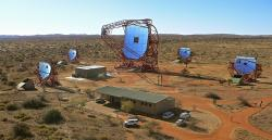 Gama teleskop High Energy Stereoscopic System v Namibii. Kredit: Klepser, DESY, H.E.S.S. collaboration.
