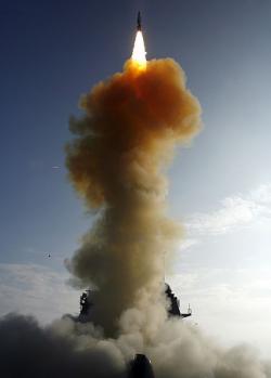 Americký protisatelitní test zroku 2008. Raketa SM-3, odpálená zraketového křižníku USS Lake Erie, sestřelila satelit USA-193. Kredit: US Navy.