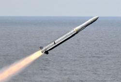 Odpálení střely RIM-162 Evolved Sea Sparrow zletadlové lodi USS Carl Vinson. Kredit: US Navy.