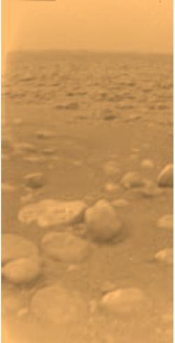 Snímek z povrchu Titanu pořízený přistávacím modulem Huygens (zdroj ESA).