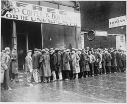 Nic dobrého. Nezaměstnaní před Al Caponeho vývařovnou polévky vChicagu. Kredit: U.S. National Archives & Records Administration.