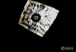 Snímek sluneční plachty projektu Ikaros japonské sondy k Venuši (zdroj JAXA).