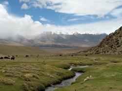 Krajina vokolí soustavy Tibet AS-gamma Experiment. Kredit: Mckaysavage / Wikimedia Commons.