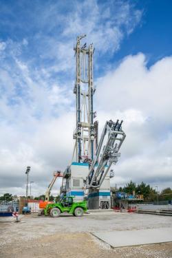 Zahájení vrtu o hloubce 4,5 km v Cornwallu u první testovací HDR geotermální elektrárny ve Velké Británii. Plánovaný výkon je 3 MWe. (Zdroj Geothermal Engineering Ltd/PA).