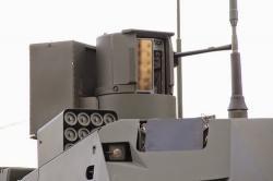 Detail věže a senzorů T‑14 Armata. Na první pohled jsou patrné příliš tenké pláty pancíře, nekvalitní instalace senzorů i provizorní konstrukce. Mohou to být samé atrapy. Kredit: Gabriele Molinell / UK Armed Forces Commentary.
