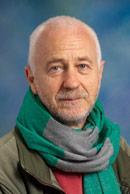 Tim Caro. Vystudoval zoologii na Cambridge ve Velké Británii, pak přesedlal na psychologii na University of St Andrews, ve Skotsku. Nyní je profesorem na Katedře divoké zvěře a ryb  University of California, USA.