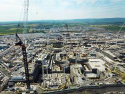 Staveniště dvou bloků EPR elektrárny Hinkley Point C (zdroj EDF).