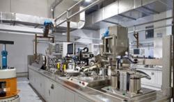 Zařízení pro produkci palivových souborů pro reaktor HRTG-PB dokončovaný v Číně (zdroj Tsinghua University).