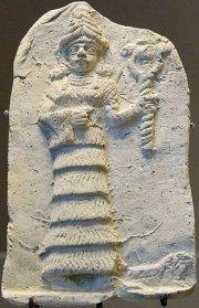 Bohyně Ištar na dlaždici z pálené hlíny ze sbírek Louvre naznačuje, jak bohyně v průběhu času zeštíhlovaly. Tisíc let před naším letopočtem se už baculatily jen v obličeji. Kredit: Marie-Lan Nguyen,Wikimedia, CC-BY-2.5