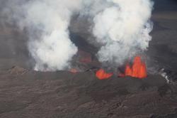 Letecký snímek lávového pole Holuhraun na Islandu.Erupce s unikající vodní párou je živena magmatem. Stejný původ má i voda zatavená do olivínů z Baffinova ostrova. (Kredit Magnus Tumi Guðmundsson)