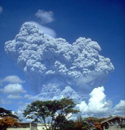 Slavná erupce sopky Pinatubo, 12. červen 1991. Kredit: U.S. Geological Survey / Wikimedia Commons.