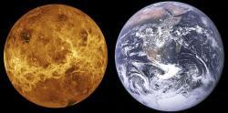 """Porovnání """"sesterských"""" planet Venuše a Země. Zatímco naše planeta, nacházející se v obyvatelné zóně kolem mateřské hvězdy je vhodná pro rozvoj života, rozpálená Venuše s povrchovou teplotou blížící se 500 °C by komplexní biosféru hostit nemohla. Dinosauři se na ní samozřejmě nikdy nevyskytovali a vyskytovat nemohli. Kredit: NASA/JPL, Wikipedie"""