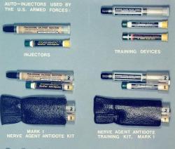Mark I NAAK, set americké armády pro první pomoc při zasažení nervovými plyny tabun, sarin, soman a VX. Kredit: US Army.