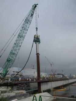 Dokončování stěny, která zabraňuje pronikání podzemní vody do moře v přístavu (zdroj TEPCO).