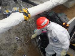 Kontrola budované ledové stěny kolem nejkontaminovanější částí elektrárny Fukušima I (zdroj TEPCO).