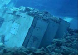 Trosky, které popadaly do bazénu třetího bloku (zdroj TEPCO).