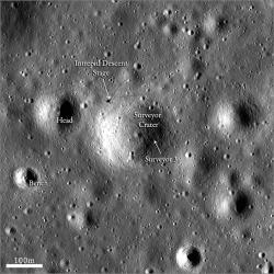 Místo přistání Apolla 12 a Surveyoru 3 vyfotografovanému měsíční družicí Lunar Reconnaissance Orbiter (zdroj NASA).
