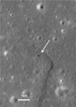 Předpokládané místo přistání Marius Hills v blízkosti lunární jeskyně (označené šipkou).  Zdroj.jaxa.jp