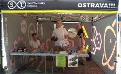 Naši studenti předvádějí fyziku na festivalu Colors of Ostrava (zdroj ÚJF AV ČR).
