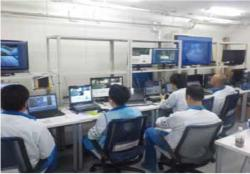 Operátoři, kteří ovládaly roboty pracující při průzkumu patra s bazénem ve druhém bloku (zdroj TEPCO).