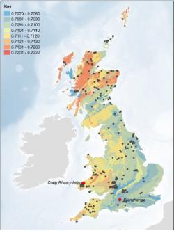 Poměr izotopů 87Sr a 86Sr vrůzných oblastech Velké Británie, červeně jsou vyznačený Stonehenge a předpokládaná oblast původů čedičů použitých vrannějších fázích budování areálu ve Walesu (zdroj Christophe Snoeck et al, Strontium isotope analysis on cremated human remains from Stoehenge support links with west Wales).