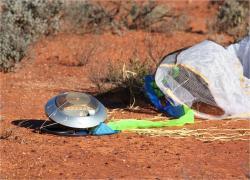 Přistání návratového pouzdra sondy Hajabusa v australské poušti (zdroj JAXA).