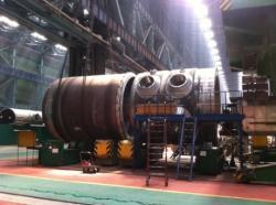 Reaktorová nádoba druhého bloku elektrárny Ostrovec při výrobě (zdroj Rosatom).