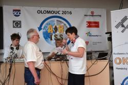 Obr. 5 Počátek radiokontaktu a koordinátorka Eva Farmačková hovoří s Timem Peakem
