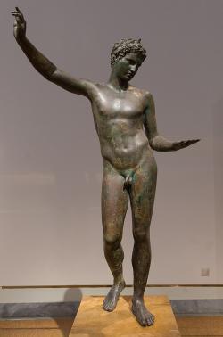 Hermés v přestrojení za běžce od Marathónu nebo za mladého věštce, 340-330 před n. l. Národní archeologické muzeum v Athénách, X 15118. Kredit: Jebulon, Wikimedia Commons.
