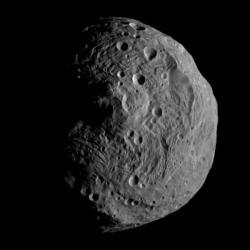 Planetka Vesta na snímku sondy Dawn. Kredit: NASA/JPL-Caltech/UCLA/MPS/DLR/IDA.